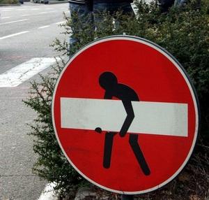 Détournement de panneaux de signalisation version street art