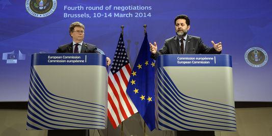 Les-deux-negociateurs-en-chef-du-traiteTAFTA-LeMonde