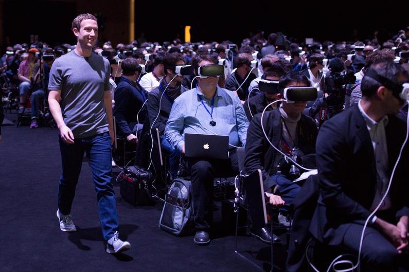 éthique de l'architecte Mark zuckerberg tout sourire a cote d'un parterre de journalistes en pleine experience de realite virtuelle
